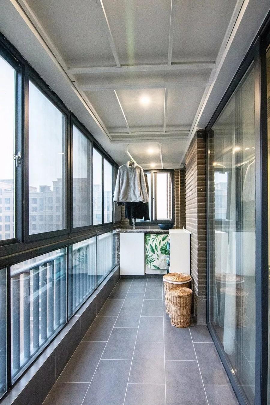 现代简约风格三居室阳台装修效果图